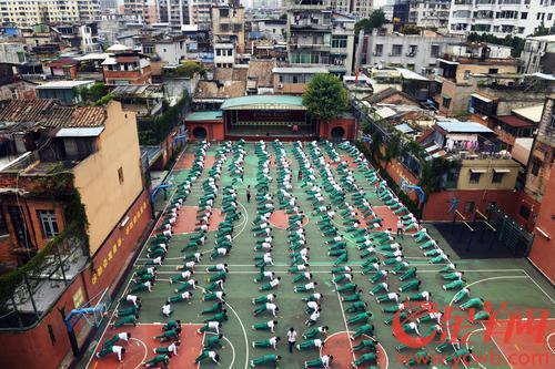 2020年11月4日,随着对学生体能的重视,体育也纳入了中考,广州市第三十三中学的学生们利用课间休息时间锻炼体能 羊城晚报全媒体记者 林桂炎 摄