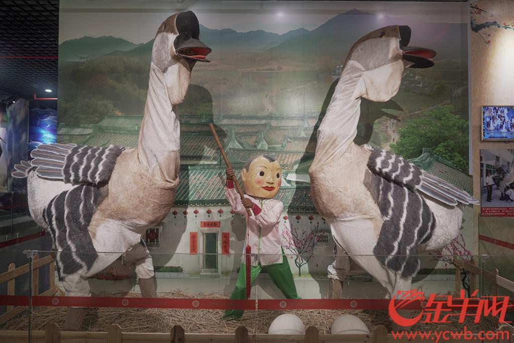 灯谜、剪纸、陶瓷微书、蜈蚣舞……走进汕头市文化馆,43项非物质文化遗产代表性项目的展示令人目不暇接。羊城晚报全媒体记者 宋金峪 摄