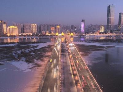 松花江哈尔滨江段封江 冰面夜景璀璨迷人