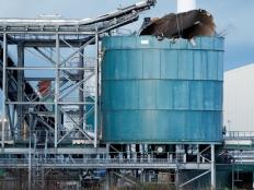 英国一废水处理厂发生爆炸 化工罐罐顶破损