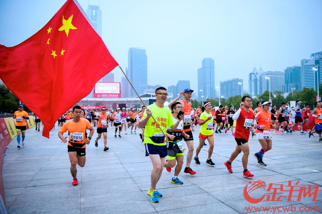 12月13日上午7:30,2020广州马拉松赛从天河体育中心开跑。今年广马仅设全程马拉松赛,参赛规模为两万人。起跑时间为7:30,关门时间为13:45。羊城晚报全媒体记者 梁喻 摄