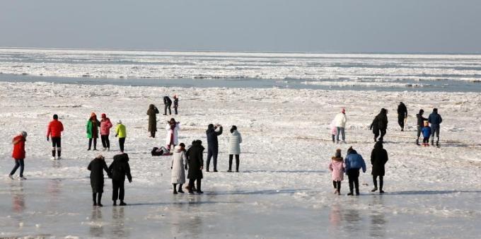 渤海大连海域大面积结冰