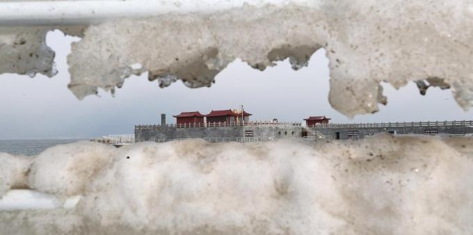 山东烟台:蓬莱海边现美丽冰凌景观