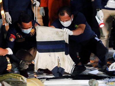 印尼坠毁客机部分乘员遗物被打捞上岸
