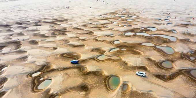 """水位下降 长江河床上现大量水洼如散落""""翡翠"""""""