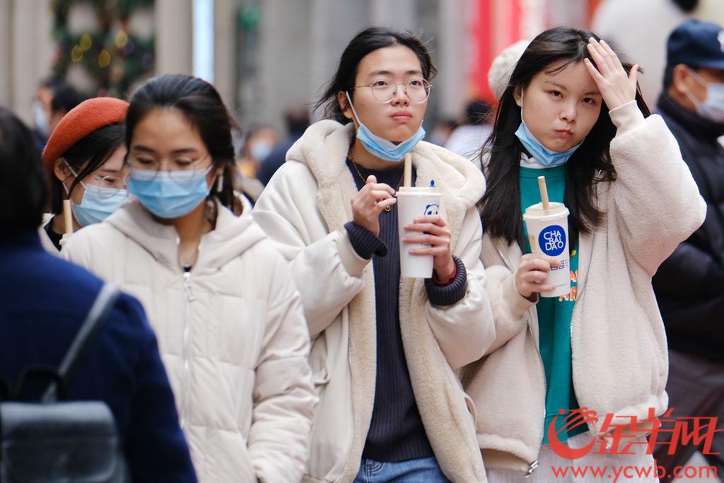 """1月11日,冷空气继续""""补充"""",傍晚,老城荔湾气温跌到7℃。在街上,做足防寒准备的街坊淡定出门,感受寒气逼来。羊城晚报全媒体记者 陈秋明 摄"""