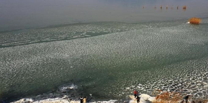 苏州太湖湖面大面积结冰