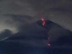 印尼塞梅鲁火山持续喷发 大量岩浆涌出