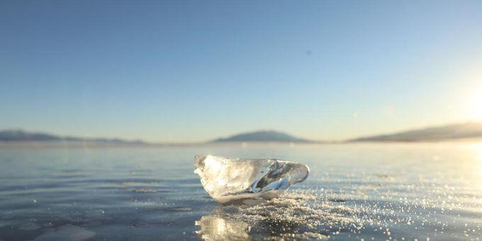 新疆博州:赛里木湖冰块晶莹剔透 宛如钻石