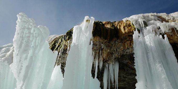 祁连山国家公园七彩冰瀑壮观绮丽