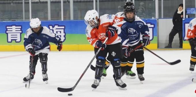 西宁少年冰球队举行队内对抗赛