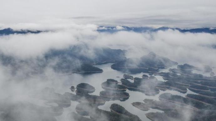 杭州千岛湖云雾飘渺宛如仙境