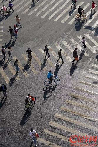 2021年2月2日,广州市区阳光普照,下午3时许,广州江南西路一带,走在路上的市民不得不伸手挡住猛烈光线的直射。羊城晚报全媒体记者 宋金峪 实习生 陈一典 摄