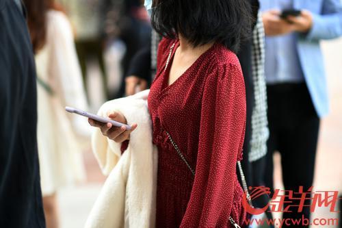 2021年2月2日,广州市阳光明媚,气温回升,许多市民穿着短袖短裤出行。来不及防的市民只能把长裳挽在手上。羊城晚报记者 林桂炎 摄