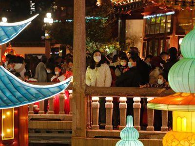 上海年味愈浓 游客在豫园赏灯游玩