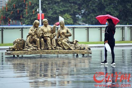 """2月10日上午,""""福牛奋发新征程——许鸿飞雕塑世界巡展第42站·广州站""""在""""广州市会客厅""""花城广场拉开帷幕。"""