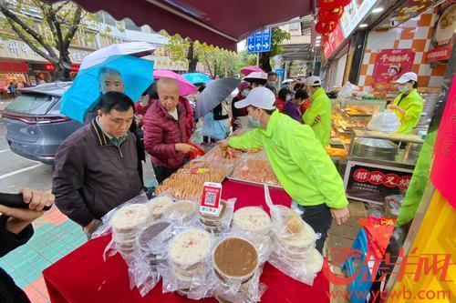 2月10日,年廿九,广州下起大雨,雨水挡不住街坊们买年花、买肉菜过年的脚步。在西关,街市十分热闹,人头攒动,年味十足,恍如上演一曲雨中交响乐。羊城晚报全媒体记者 陈秋明 摄