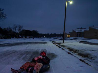 极寒天气致美国得州数百万人无电可用 街道漆黑一片