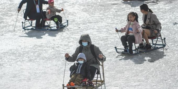 山西大同:护城河成天然冰场 民众享冰上乐趣