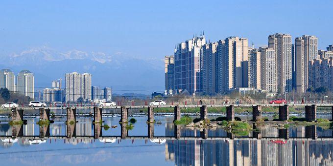 四川邛崃:雪山下的风景