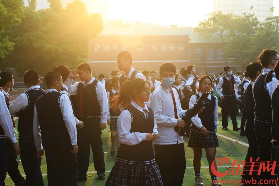 升旗仪式后,老师向同学们送上对联。