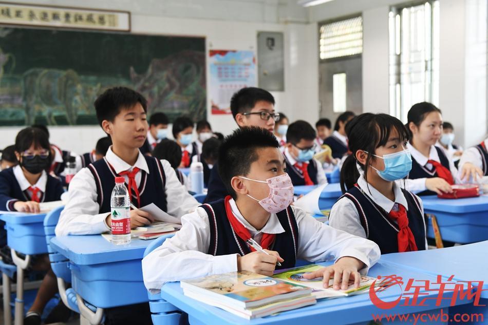 同学们迎来第一节课。