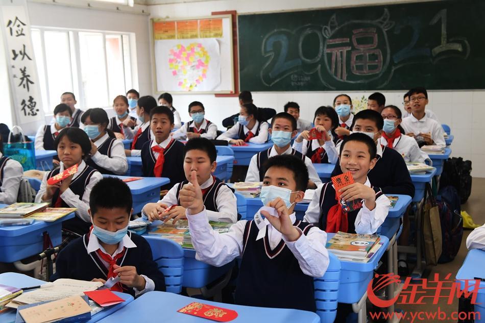 老师给同学们发红包,红包里的字条对应着各种福利。