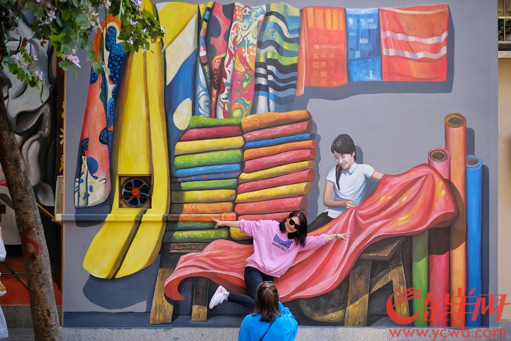"""近日,广州北京路步行街旁边的府学西街颇有人气,摇身一变成了""""网红"""",街坊们纷纷赶来打卡。原因是这里的旧房子墙壁上出现不少巨幅的""""涂鸦"""",而且很有岭南传统特色。 醒狮、茶楼、巴士、凉茶铺、猫星人……让人一下子穿越回旧时的广府,本来平平无奇的老街旧房,在画家的创意笔下,涂鸦有趣,色彩鲜艳,整条旧街焕然一新,老城一下子""""活力四射"""",难怪打卡的街坊们络绎不绝。羊城晚报全媒体记者 陈秋明 摄"""
