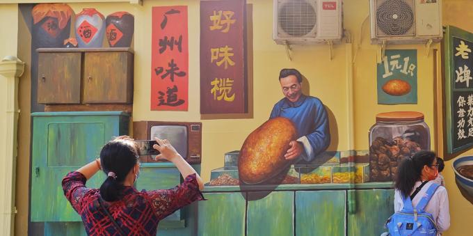 广州北京路旁边这条旧街翻新,墙上画了几幅涂鸦立马引来人头涌涌