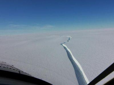 """南极布伦特冰架出现新裂痕 名为""""北方裂谷"""""""