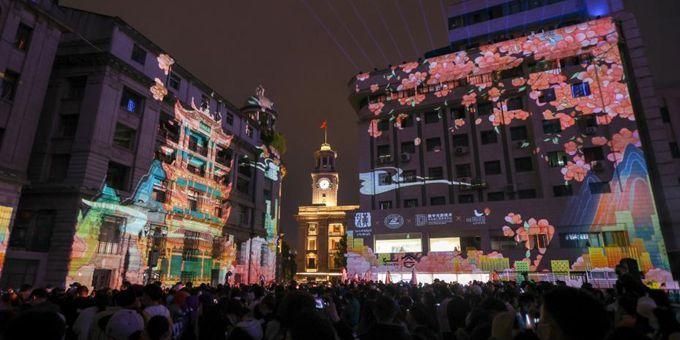 武汉上演樱花主题灯光秀