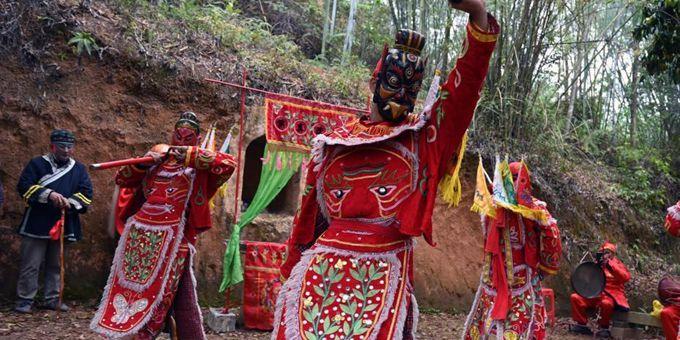 广西钦州浦北农民跳傩戏祈福风调雨顺