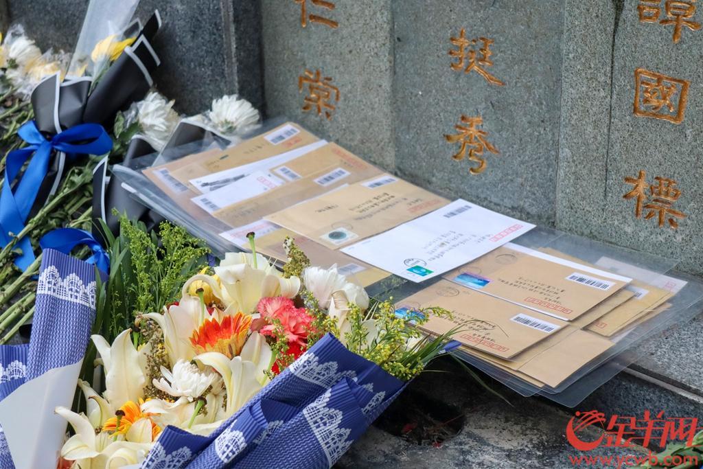 """广州自去年起创新推出""""信邮哀思""""活动, 倡导市民写信寄至残管处,由工作人员将信件放至先人墓前。今年清明这项暖心活动继续,同时也吸引很多高校学生自发为烈士写信。3月31日,记者走访信邮哀思的全过程。羊城晚报全媒体记者 梁喻 实习生 单宇 摄"""