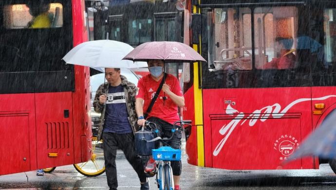 """【街拍】暂别""""烤鸡腿""""!广州这场雨终于来了"""