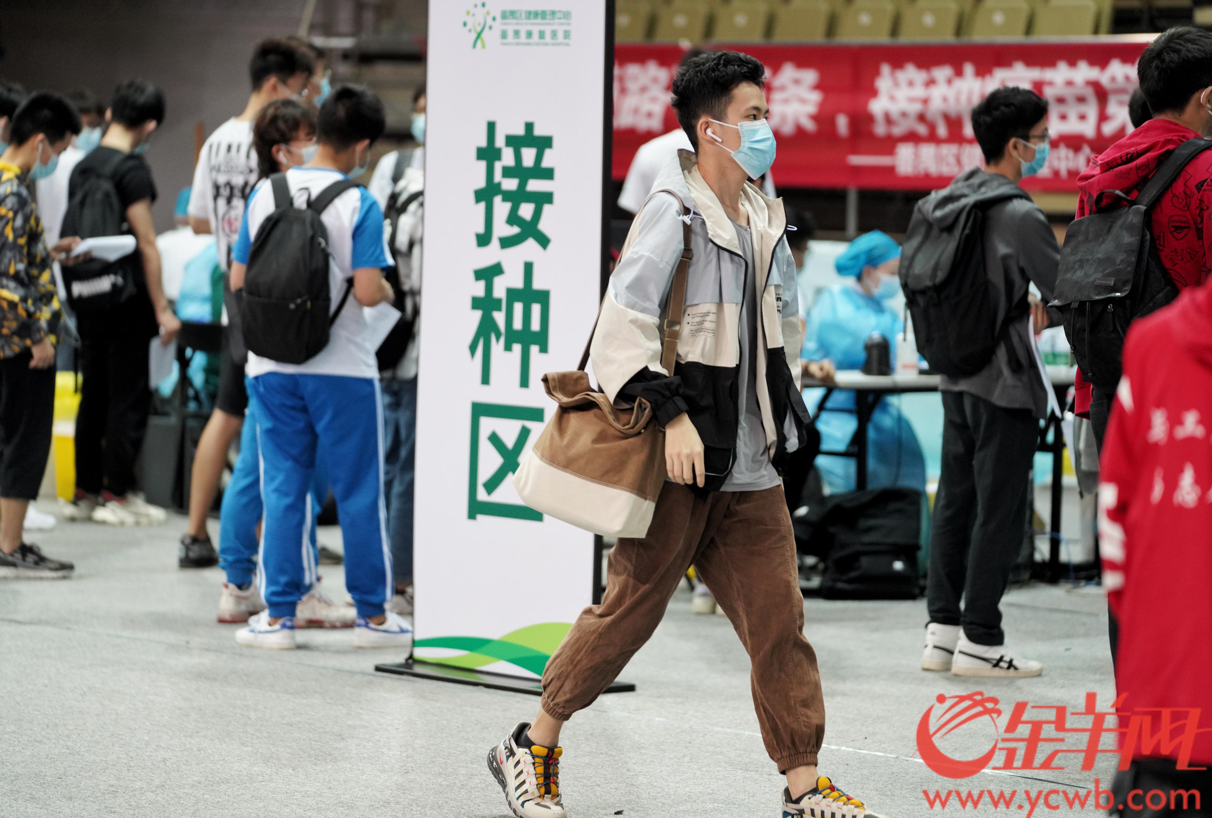 2021年4月9日,广东工业大学在大学城校区组织师生接种新冠疫苗。羊城晚报全媒体记者 汤铭明 摄