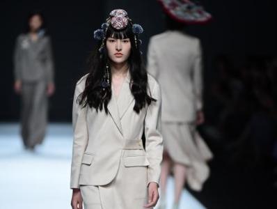 AW21/22深圳时装周启幕 新锐设计师联名共创作品秀