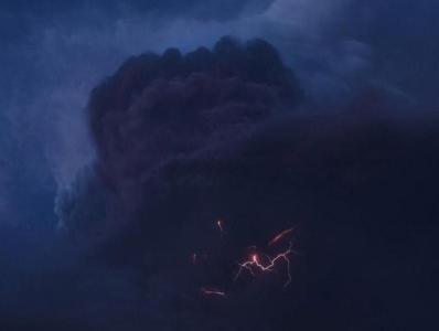 加勒比海岛国火山喷发瞬间 火山灰柱中闪电炸裂