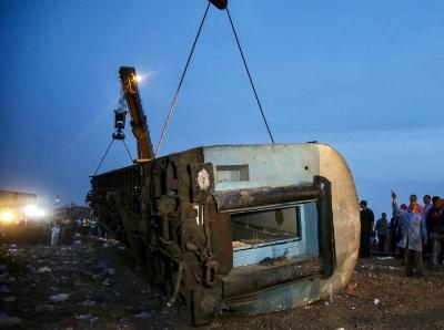 埃及发生列车脱轨事故 已致百余人死伤