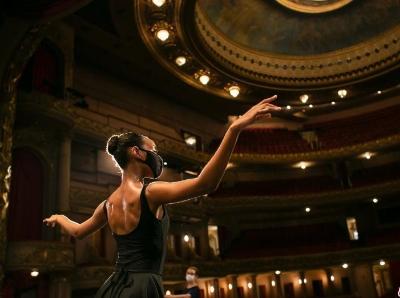"""巴西疫情下""""口罩芭蕾""""舞者回归舞台"""