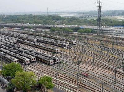 印度首都宣布延长封锁措施至5月17日 大量火车停在车站