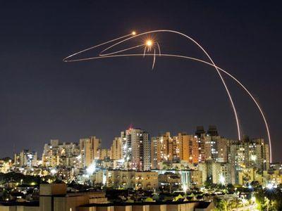 巴以冲突持续发生 火箭弹划破夜空