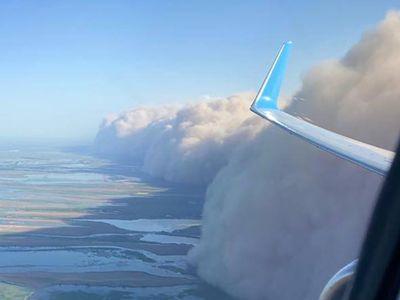 俄罗斯阿斯特拉罕州遭遇沙尘暴天气
