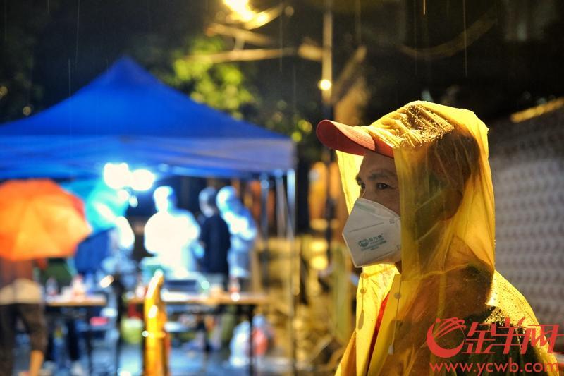 30日,广州越秀对全区常住人员开展全员核酸检测。入夜,下起了雷雨,10点半,记者来到农林街的核酸检测点,检测工作依然有序进行。横街小巷里,蓝棚灯影下,医护人员、街道工作人员、志愿者、警察、街坊显得从容有序,对共同抗疫充满信心。文/图 羊城晚报全媒体记者  陈秋明