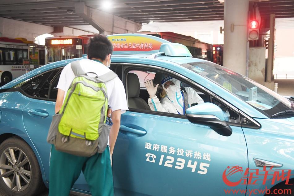 2021年6月7日,高考第一天,爱心服务队接送中风险地区的考生来广雅中学考试。 羊城晚报全媒体记者 林桂炎 摄