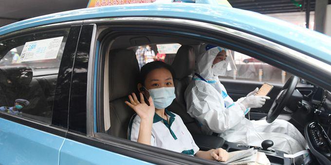 高考首日,爱心服务队接送中风险地区考生参加考试