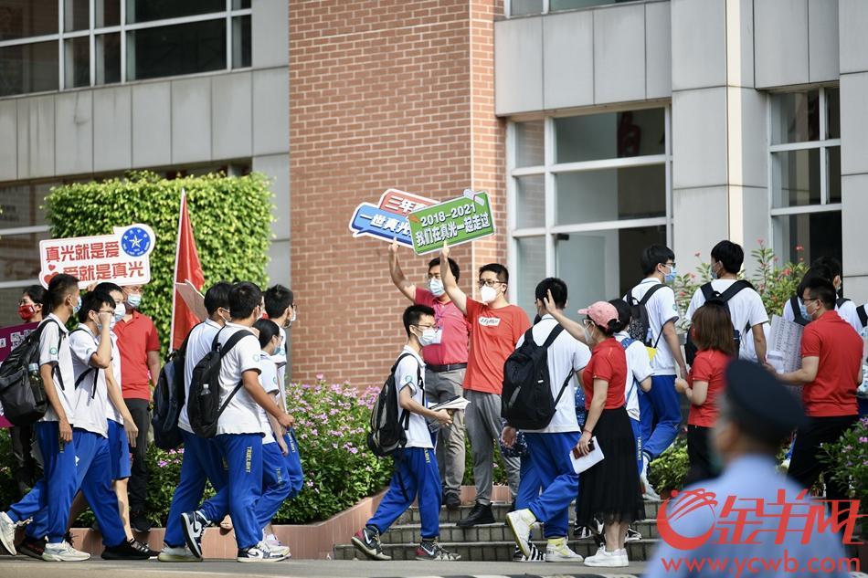 广州高风险地区白鹤洞街的真光中学,考生全部为学校内部封闭备考考生。6月7日上午,学生们步入考场。 羊城晚报全媒体记者 梁喻 摄