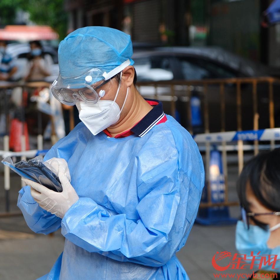 高考当天,广州第四中学考点。由于疫情,由爱心转运专车送来不少考生,场面温暖。羊城晚报全媒体记者 陈秋明