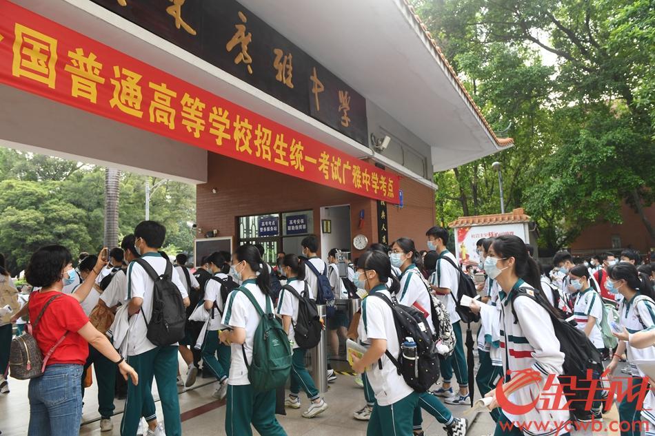 2021年6月7日,高考第一天,广雅中学考点,考生排好队有序进入考场。羊城晚报全媒体记者 林桂炎 摄