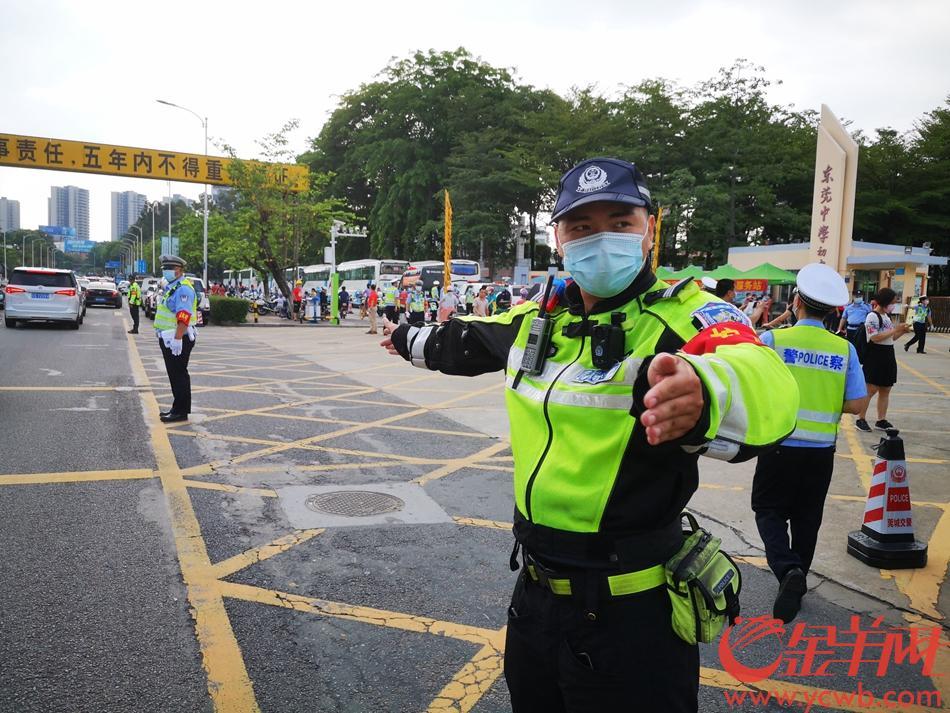 2021年6月7日,高考启幕,东莞公安干警护卫高考。羊城晚报全媒体记者 王俊伟 摄