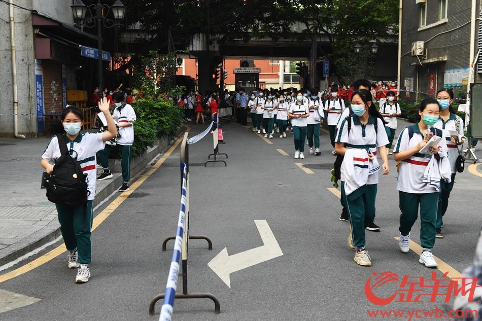 2021年6月7日,高考第一天,广雅中学考点,中风险地区的考生走单独通道。 左边通道是中风险地区的考生,右边通道是普通考生。 羊城晚报全媒体记者 林桂炎 摄